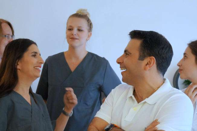 Zahnarzt Maximilian Hagen und sein Team